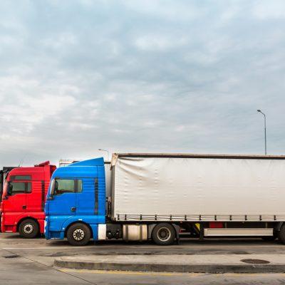 diversos modelos de caminhão em estacionamento representando a altura caminhão