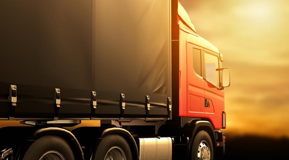 foto de caminhão com lona locomotiva
