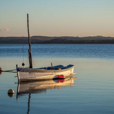foto de barco de alumínio navegando